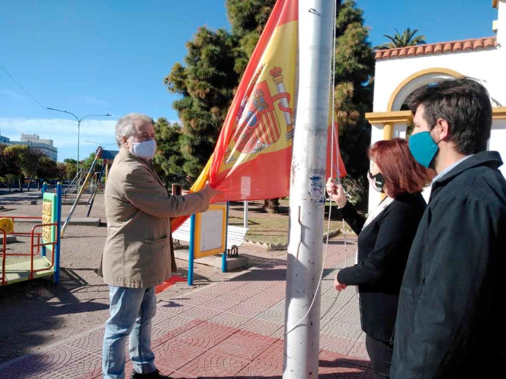 Izado de la bandera de España.