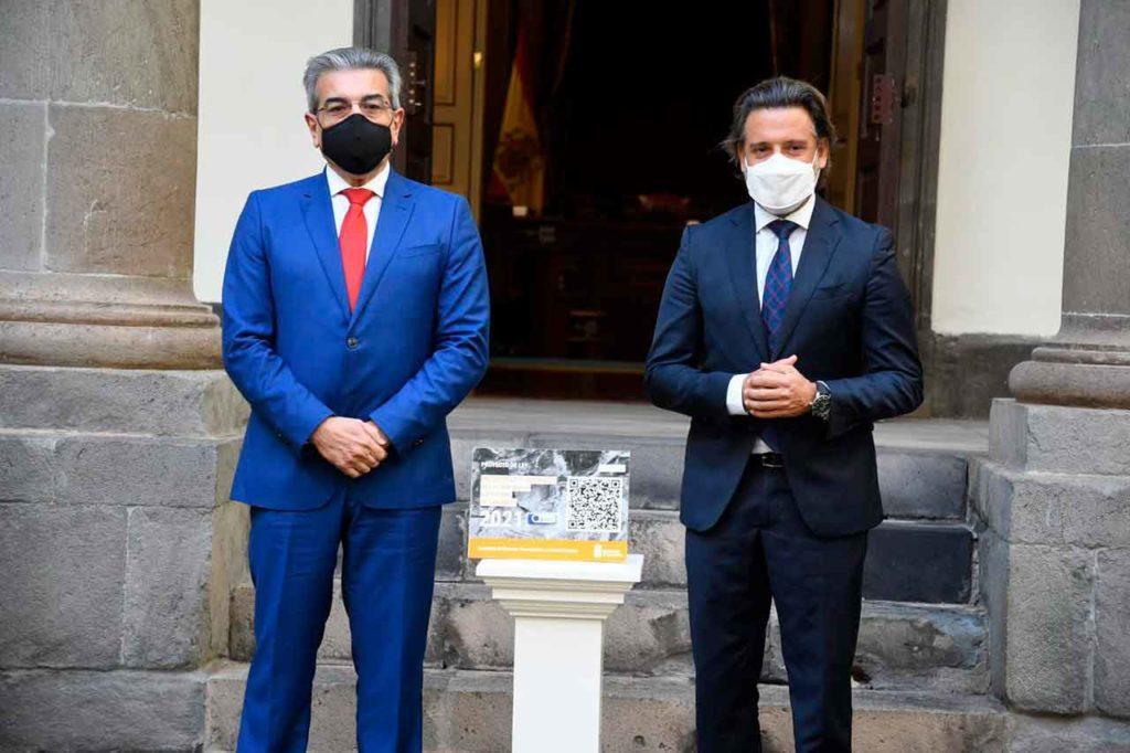 El vicepresidente de Canarias y consejero de Hacienda, Presupuestos y Asuntos Europeos, Román Rodríguez, entregó el Proyecto de Ley de Presupuestos para 2021 al presidente del Parlamento de Canarias, Gustavo Matos, el pasado 6 de noviembre.