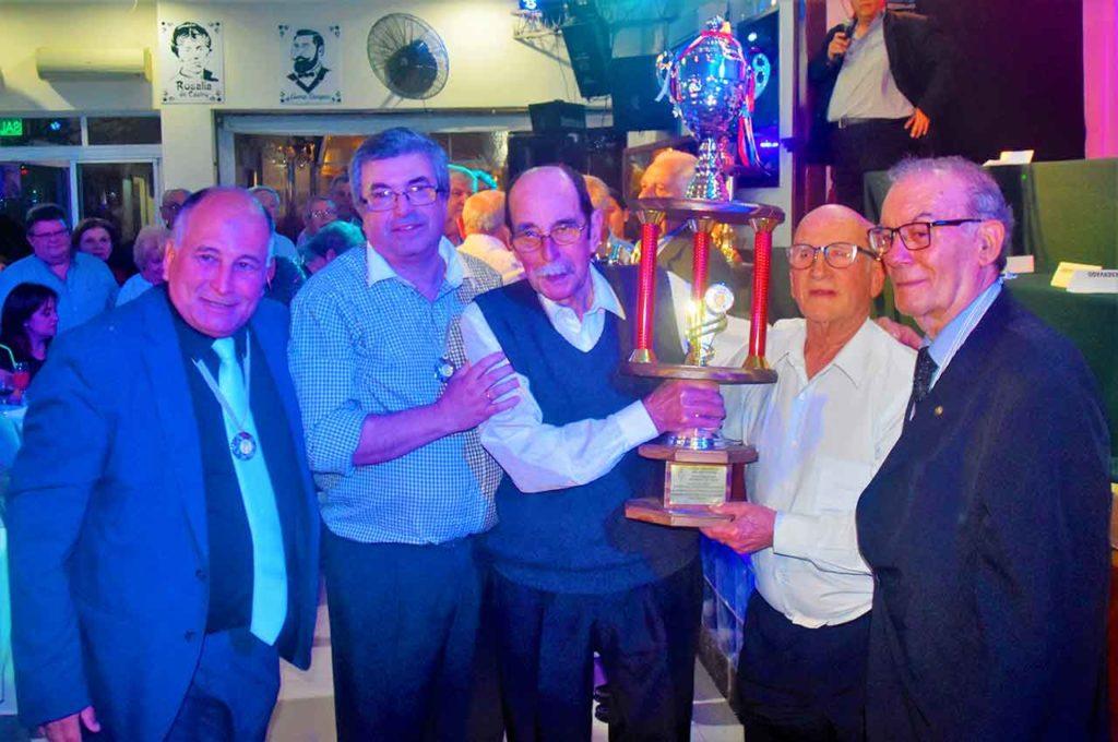 Los asturianos recibieron la copa como campeones de las Olimpiadas de 2019.