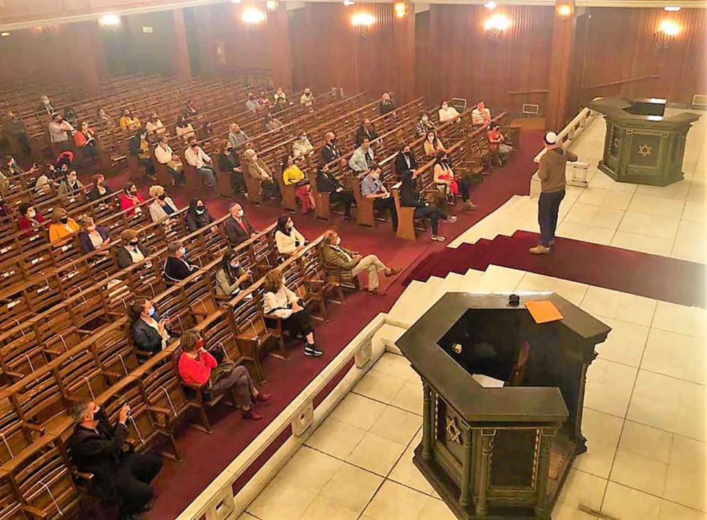 Visitante en sinagoga de Montevideo.
