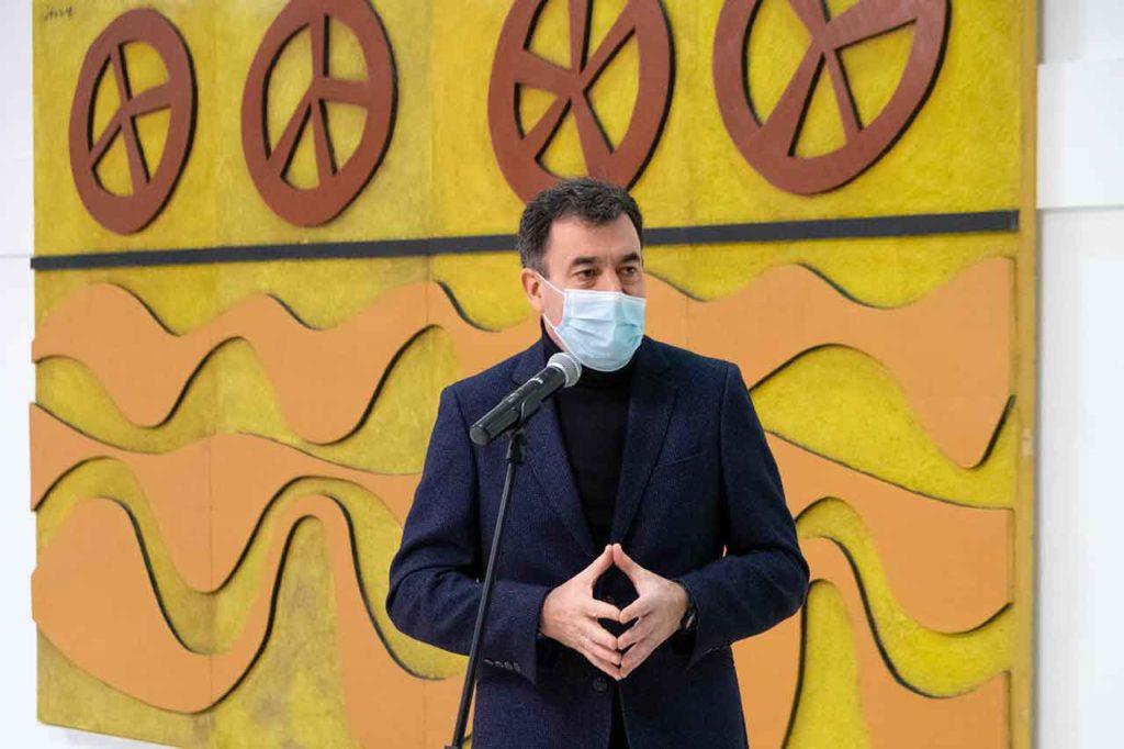 Román Rodríguez presentó el mural, a su espalda.