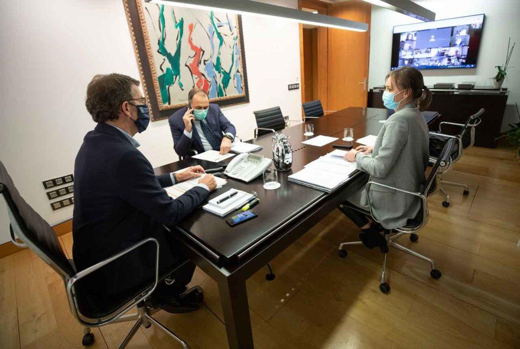 El presidente de la Xunta, Alberto Núñez Feijóo, asistió junto a los conselleiros de Politica Social, Fabiola García, y Sanidade, Julio García Comesaña, a la reunión por videoconferencia con el comité clínico del pasado día 15.