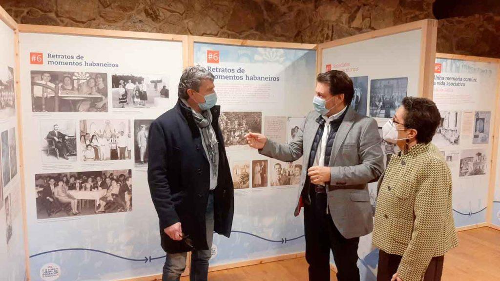 Antonio Puga, Antonio Rodríguez Miranda y Rosario Álvarez durante la inauguración de la muestra.