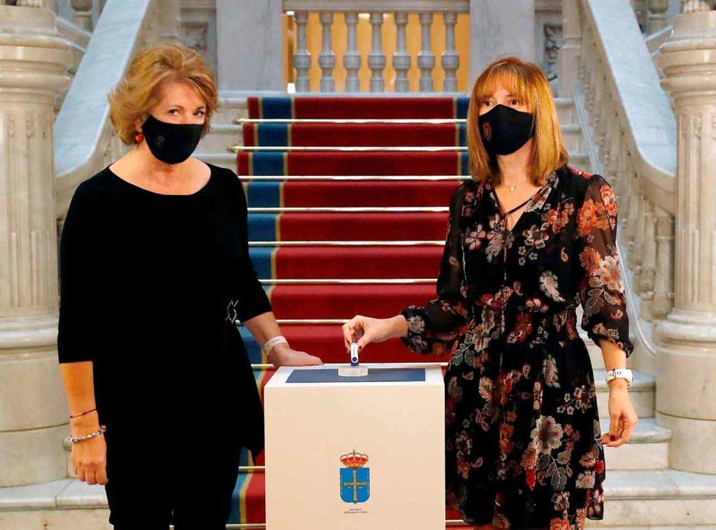 La vicepresidenta de la Junta, Celia Fernández, recibió el proyecto de presupuestos de manos de la consejera de Hacienda, Ana Cárcaba.