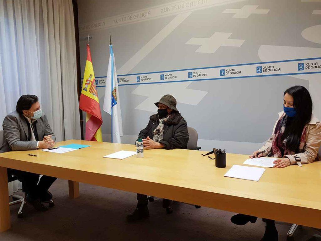 Antonio Rodríguez Miranda, Luisi Motta y Lucero Dámaso, durante la reunión celebrada en la sede de la SXE en Compostela.