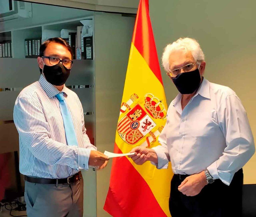 Jaime Flores entregó la ayuda a José Dominguez.