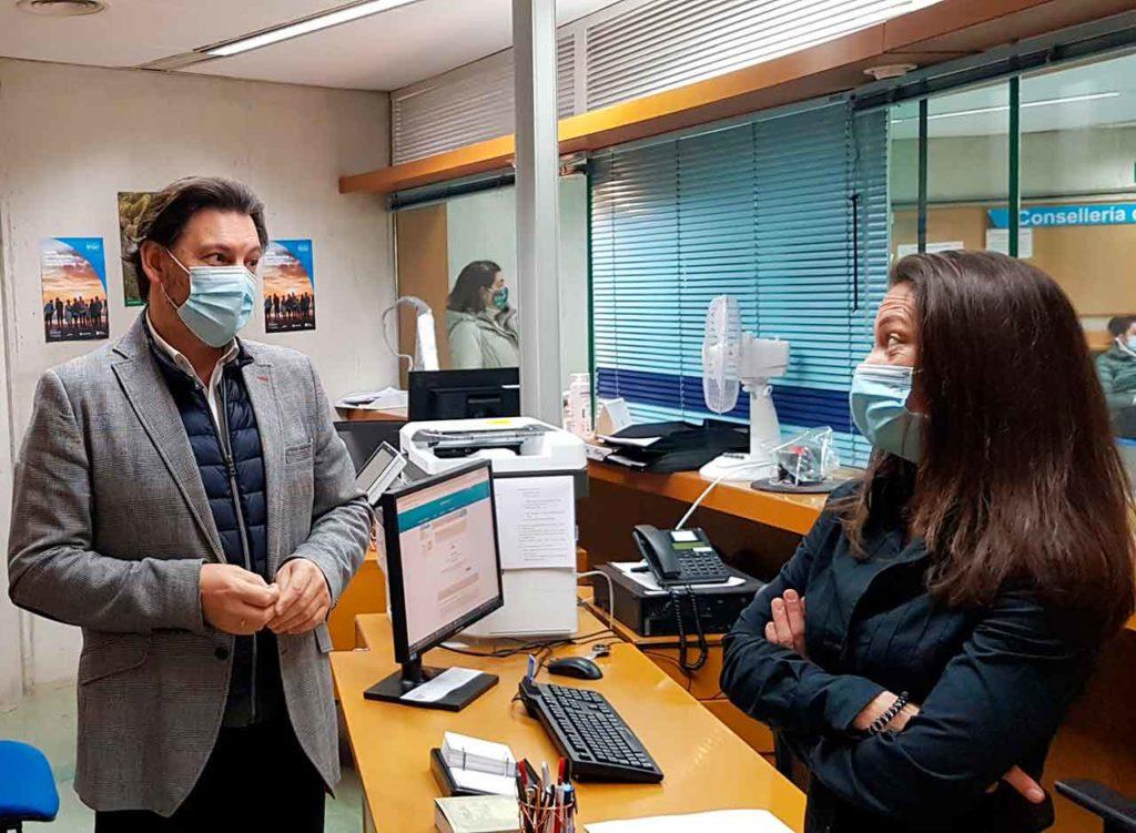 Imagen de la visita del secretario xeral da Emigración a la Oficina Integral de Asesoramiento y Seguimiento al Retorno en Lugo.