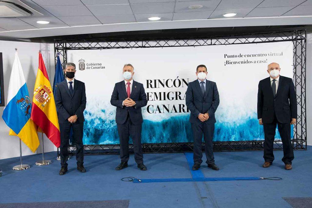 Manuel Rodríguez, Ángel Víctor Torres, Juan Rafael Zamora y Juan Francisco Trujillo durante la presentación del Rincón Emigrante Canario.