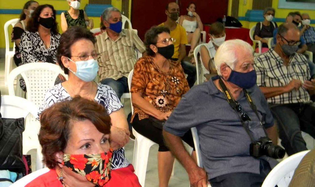 Los asistentes disfrutan del Documental Una huella centenaria.