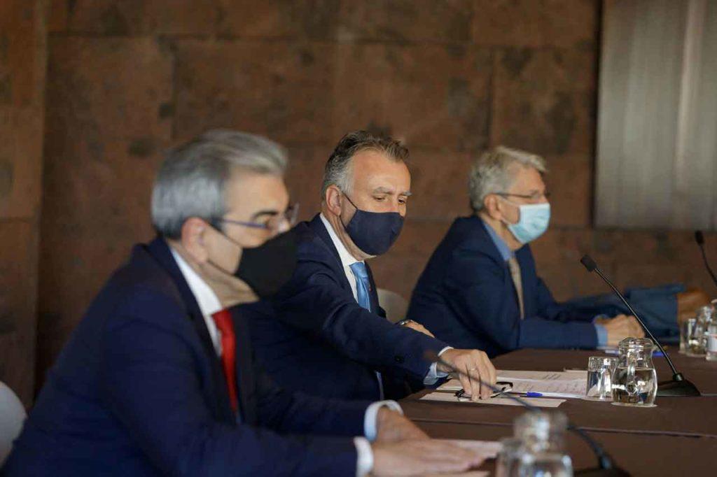 El presidente de Canarias, Ángel Víctor Torres (centro), con el vicepresidente Román Rodríguez (izq.) y el portavoz del Gobierno, Julio Pérez, durante la Junta de Seguridad del pasado 18 de diciembre.