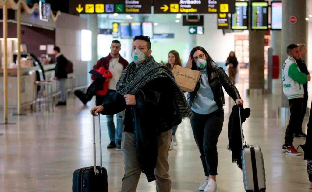 Viajeros en un aeropuerto español.