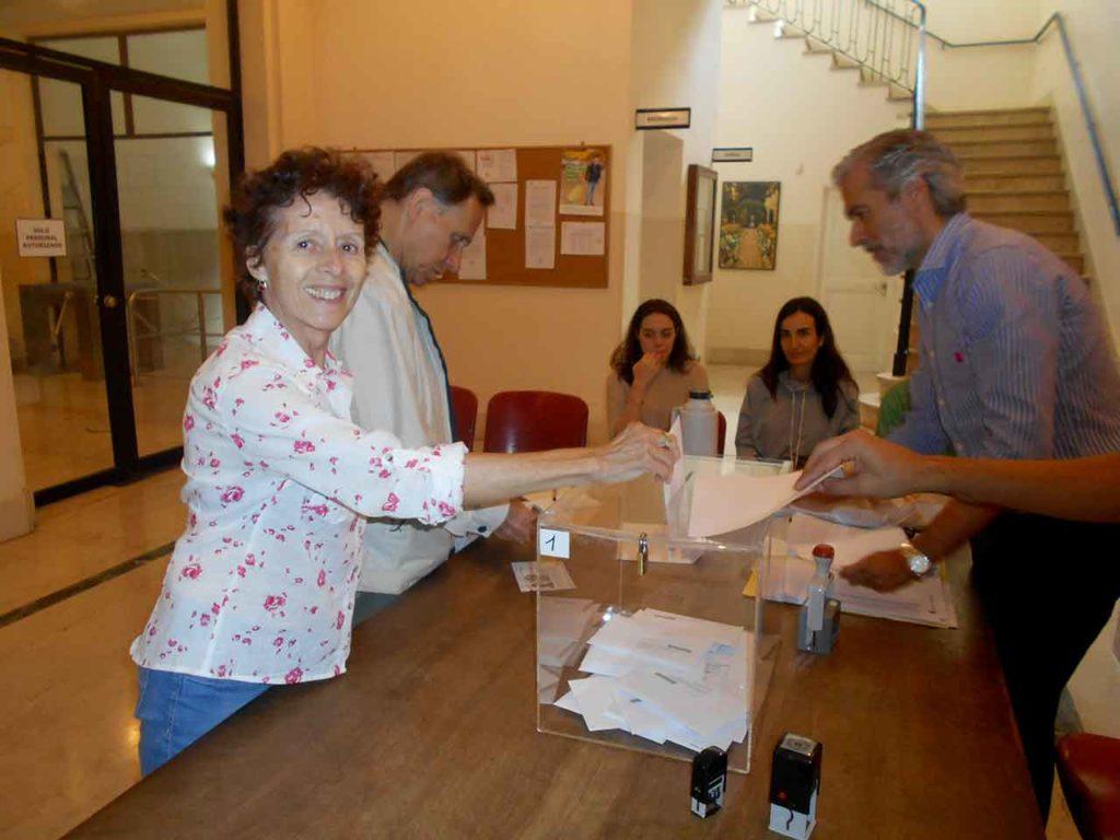 Una votante catalana depositando el sufragio en el  Consulado de Buenos Aires en los comicios de 2017.