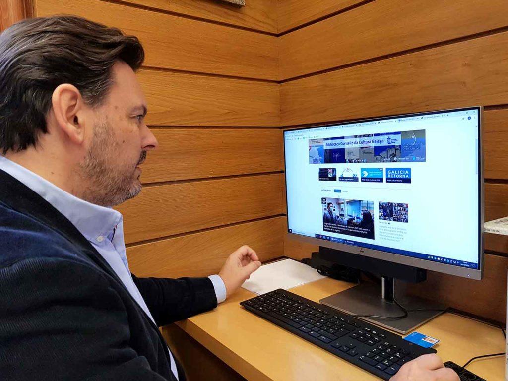 Antonio Rodríguez Miranda consultando la web GaliciaAberta.