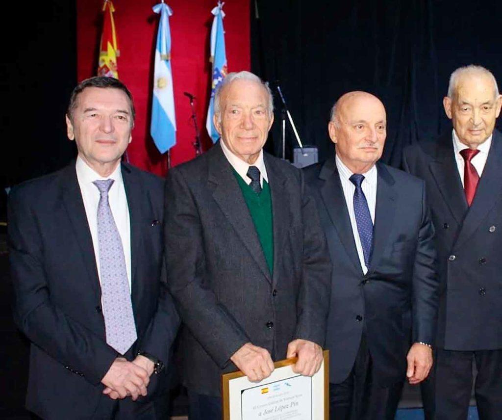 López Pin, segundo desde la izquierda, junto a Vila Alén y los ex presidentes del Centro Galicia Héctor Fernández y Manuel Peleteiro, en el homenaje que se le rindió en el 40º aniversario de la institución.