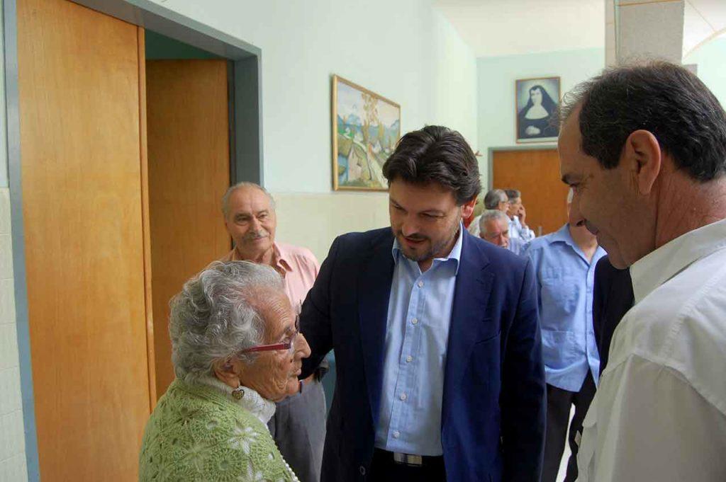 Imagen de archivo de Antonio Rodríguez Miranda con una emigrante mayor.