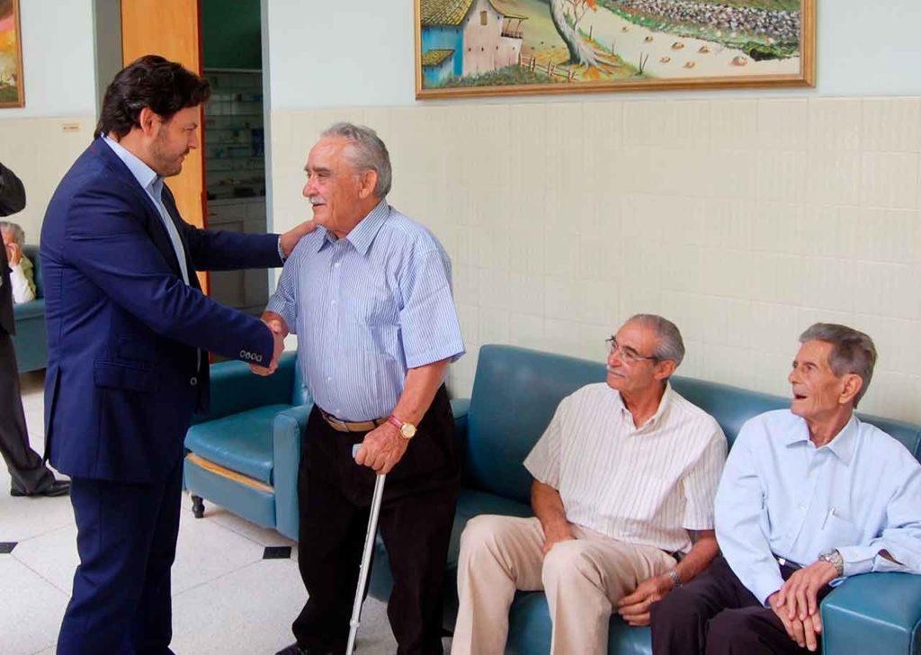 Imagen de archivo del secretario da Emigración, Antonio Rodríguez Miranda, saludando a un grupo de emigrantes gallegos.