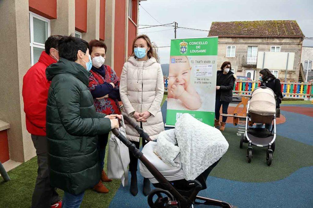 La conselleira de Política Social mantuvo un encuentro con dos de las familias beneficiarias de esta ayuda en el ayuntamiento de Lousame.