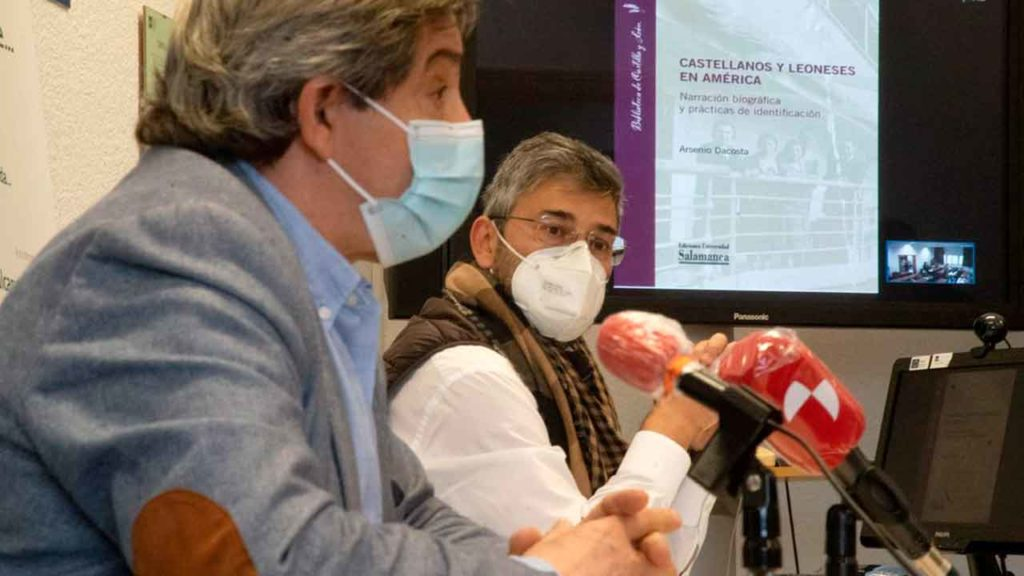 Juan Andrés Blanco y Arsenio Dacosta en el acto de presentación del libro.