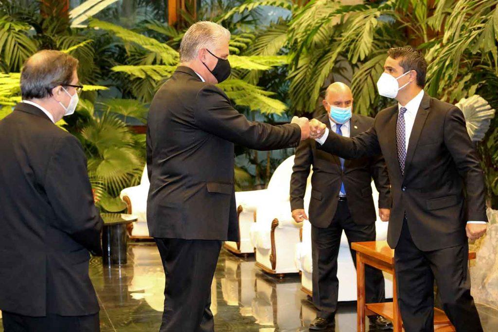 Díaz-Canel saludando a Ángel Martín Peccis.
