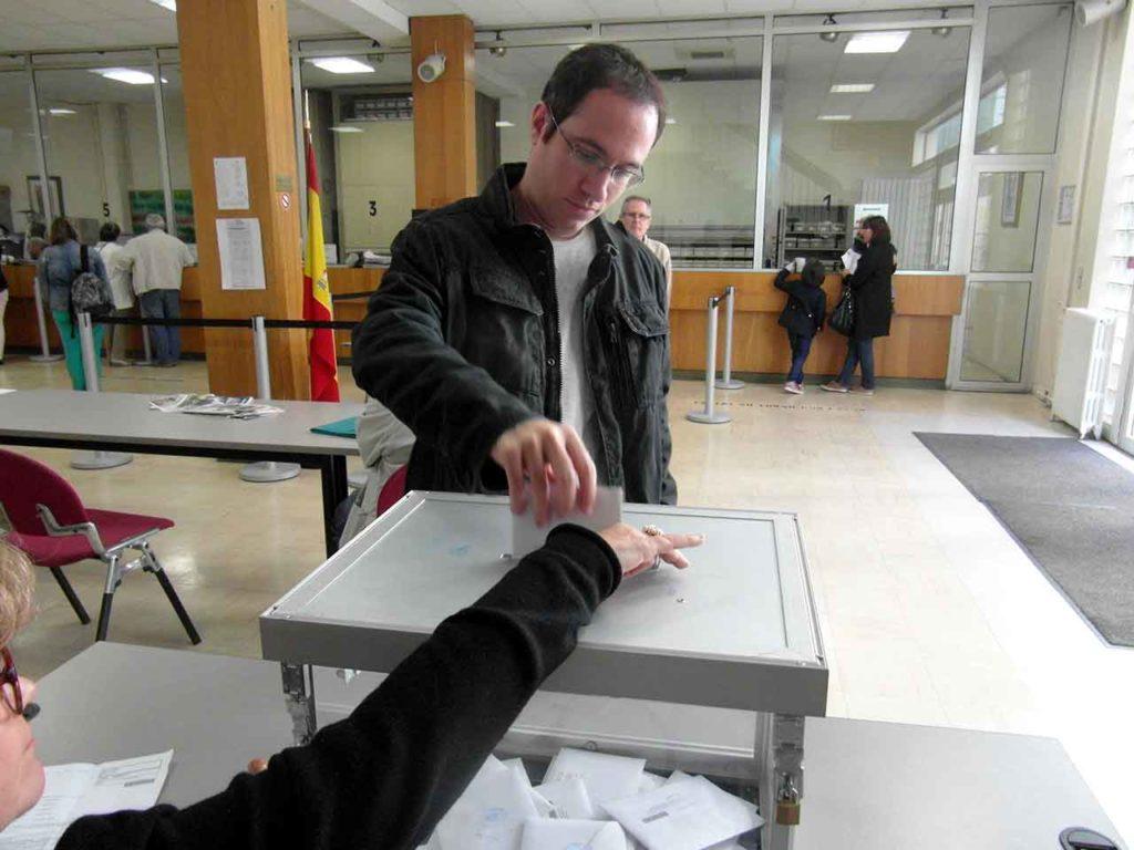 Un votante catalán ejerciendo su derecho al voto en el Consulado de París en las elecciones autonómicas de 2015.