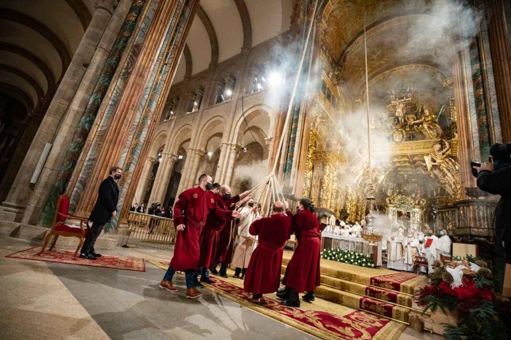 El botafumeiro volvió a purificar la rehabilitada catedral de Santiago tras muchos meses sin volar  ante el altar.