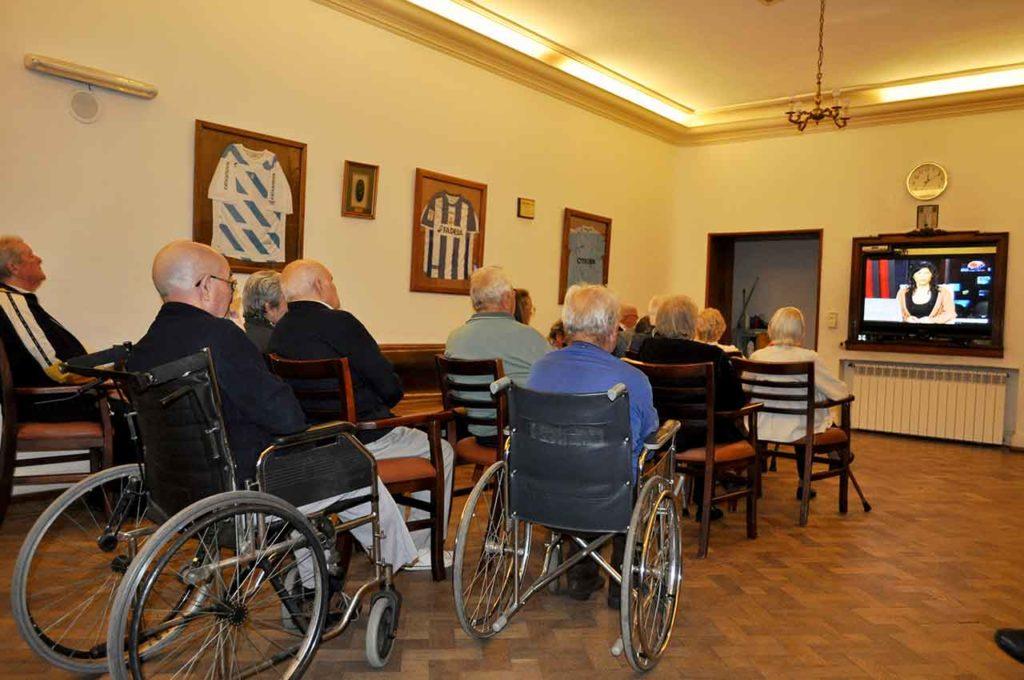 Un grupo de emigrantes mayores en una residencia española en el extranjero.