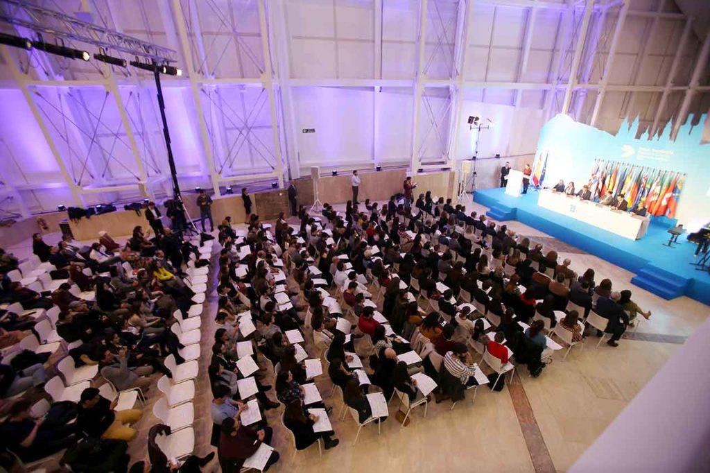 Imagen del encuentro del presidente de la Xunta con beneficiarios de las BEME el años pasado.