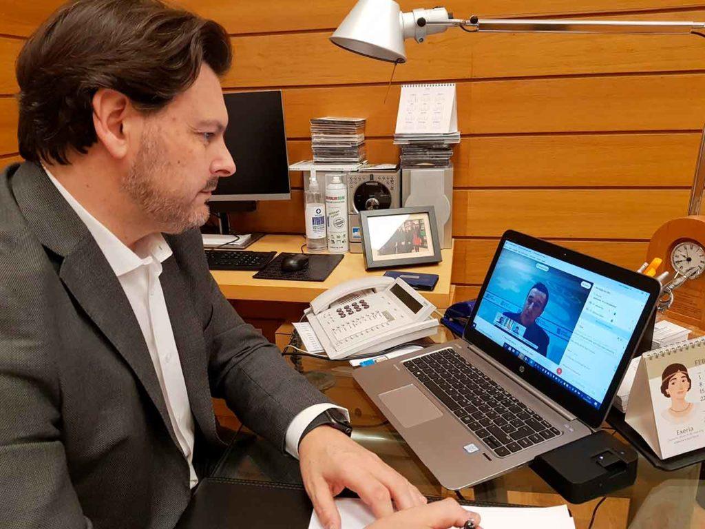 Antonio Rodríguez Miranda, en su despacho en la sede de Emigración en la capital de Galicia, durante una de las videoconferencias.