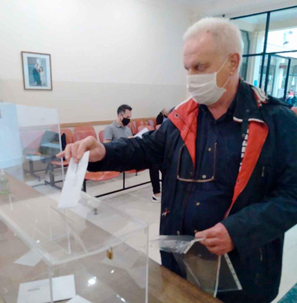 Julio Monsech Segurado fue el tercer catalán en votar en urna en el Consulado de Buenos Aires.