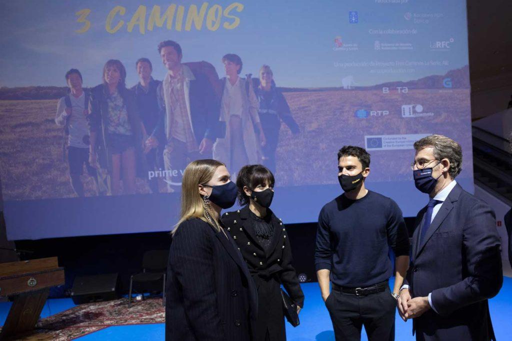 Núñez Feijóo conversa con actores de la serie 3 Caminos.