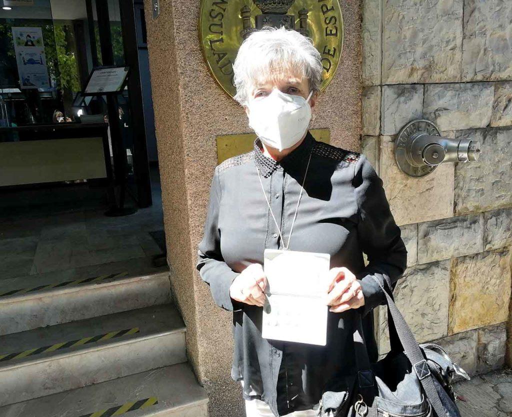 Josefina Tomé ante el Consulado de España en Ciudad de México.
