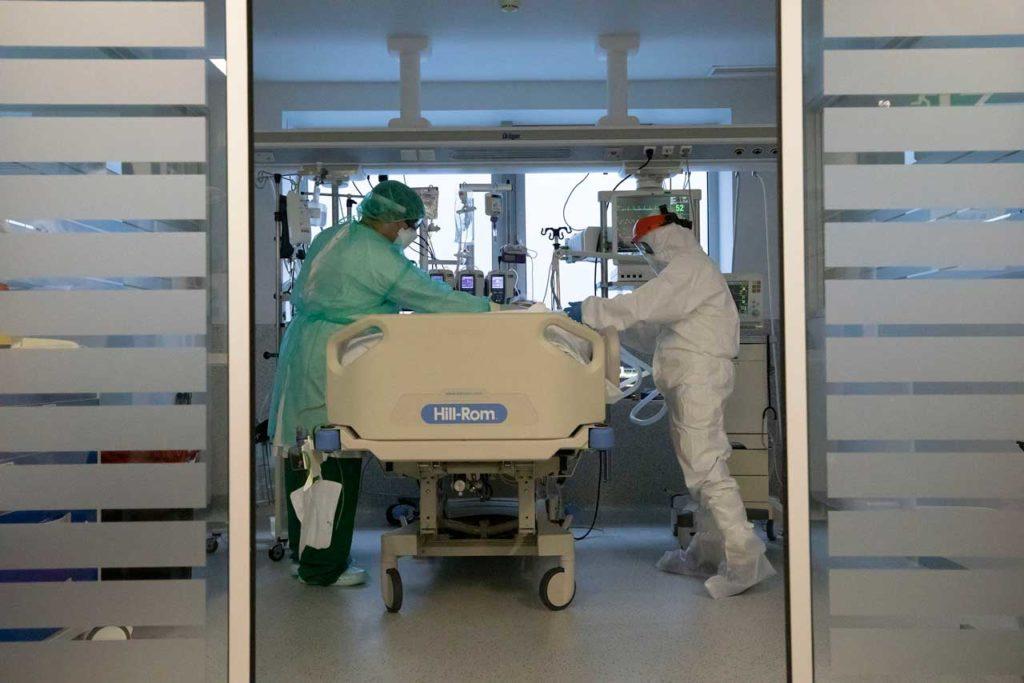 Profesionales sanitarios atienden a un paciente contagiado de Covid-19.