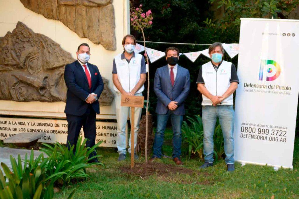 Santos Gastón Juan, primero desde la izquierda, junto a representantes de la Embajada de España y la Defensoría del Pueblo porteña.