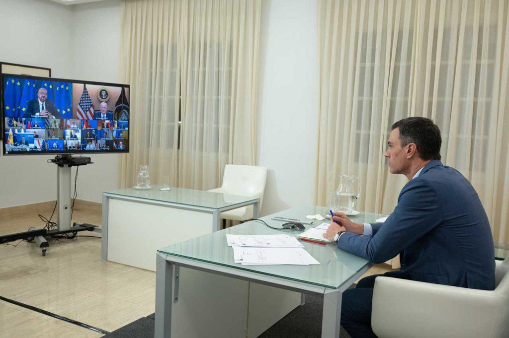 El presidente del Gobierno, Pedro Sánchez, durante la videoconferencia que los jefes de Estado y Gobierno de la Unión Europea mantuvieron con el presidente de Estados Unidos, Joe Biden.