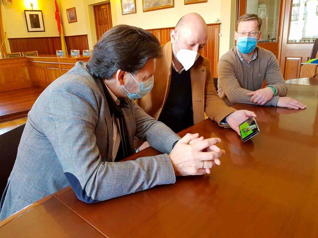 Imagen de la visita del secretario xeral da Emigración, este mes de marzo, al ayuntamiento de A Lama para conocer el proyecto empresarial de un joven gallego retornado del Reino Unido.