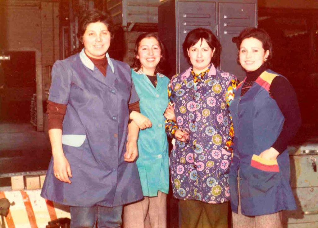 Palmira Rey Asenso (primera por la derecha) con unas compañeras en un descanso laboral, Solingen (Alemania), 1975.