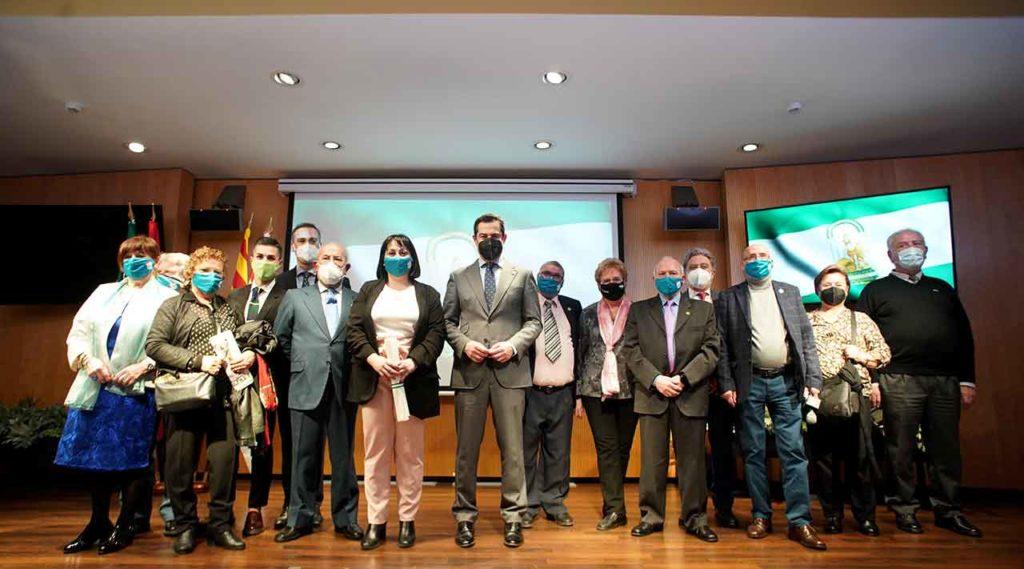 Juanma Moreno con los representantes de las comunidades andaluzas en Cataluña.
