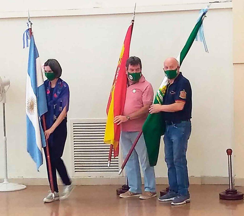 Portando las banderas de Argentina, España y Andalucía durante la celebración.