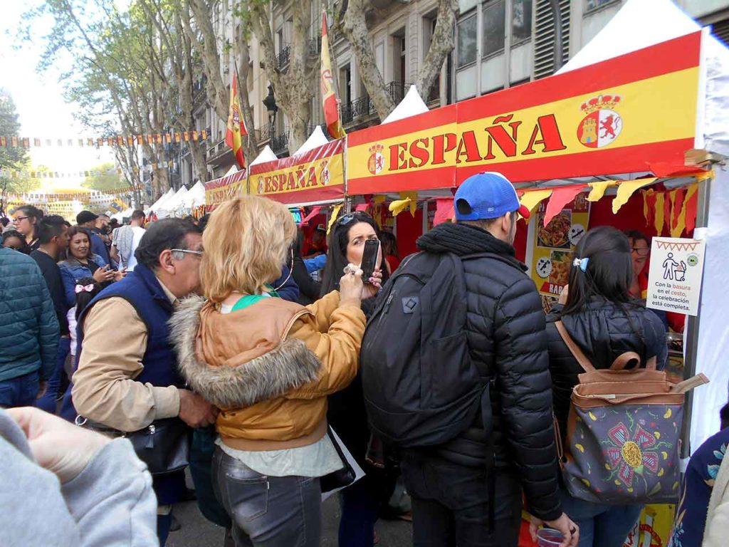Celebrando la fiesta de España en las calles de Buenos Aires.