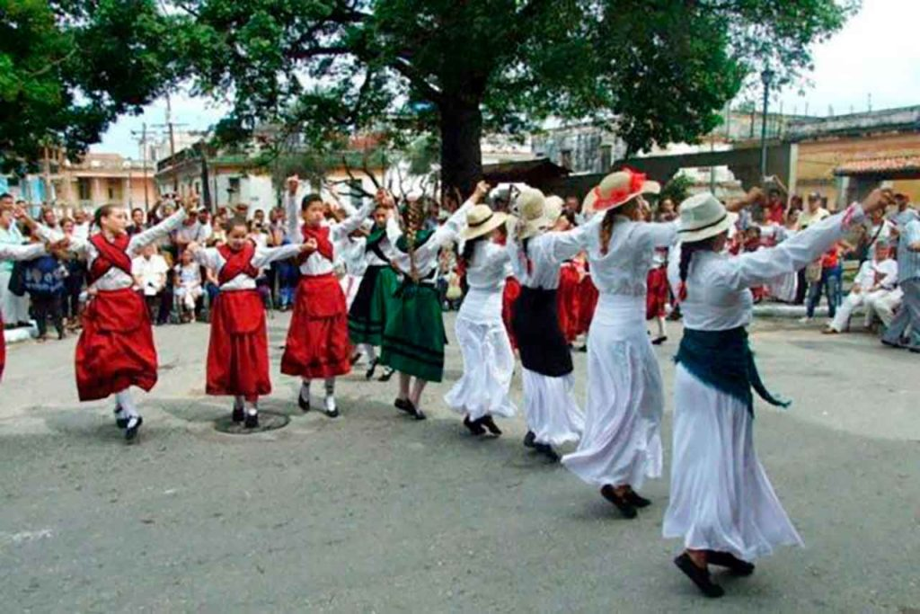 Un grupo de baile gallego en La Habana.