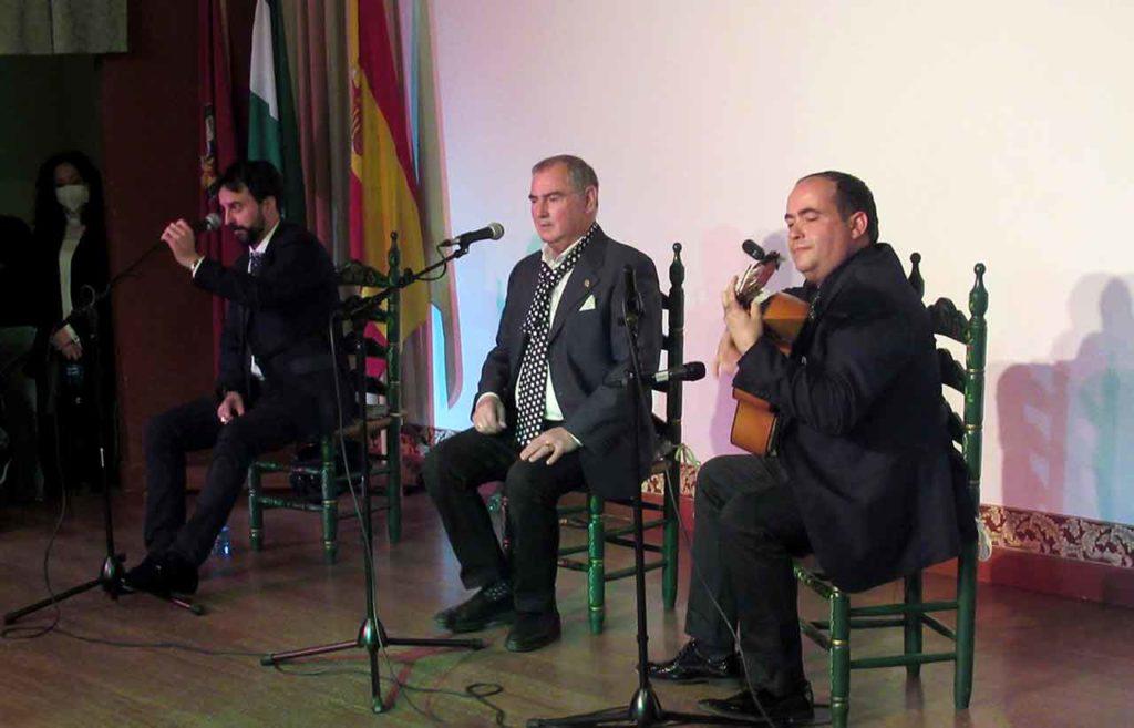 El cantaor Jesús León, directivo del Centro Cultural Andaluz Seneca, el cantaor Raimundo Navarro y a la guitarra Francisco Hurtado.