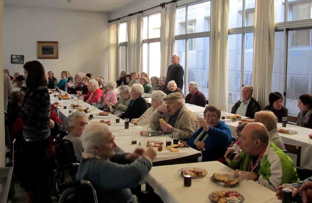 Celebración del día de los abuelos en el Hogar Español de ancianos de Montevideo.