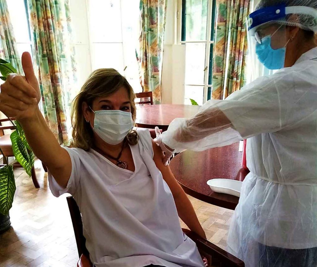 La psicóloga del Hogar, Sandra Medina, en el momento de ser vacunada.