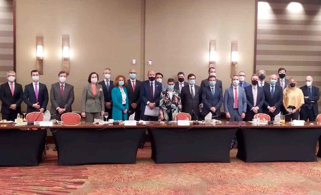 La ministra Arancha González Laya con un grupo de empresarios españoles en Colombia.