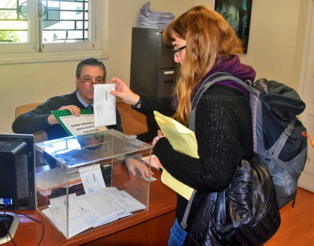 Una joven depositanto el voto en el Consulado de Montevideo en las anteriores elecciones autonómicas celebradas en mayo de 2019.