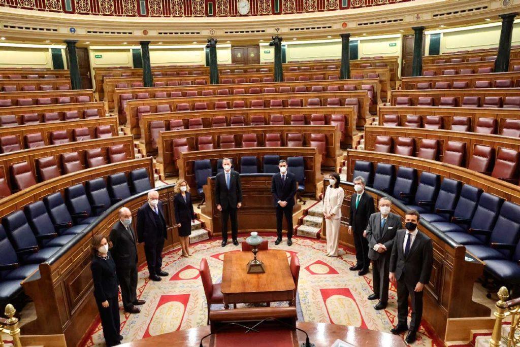 Felipe VI (al fondo) con el resto de autoridades del Estado en el hemiciclo del Congreso.