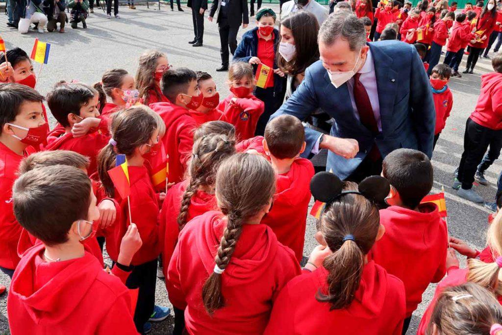 Los Reyes saludando a los alumnos del colegio María Moliner.