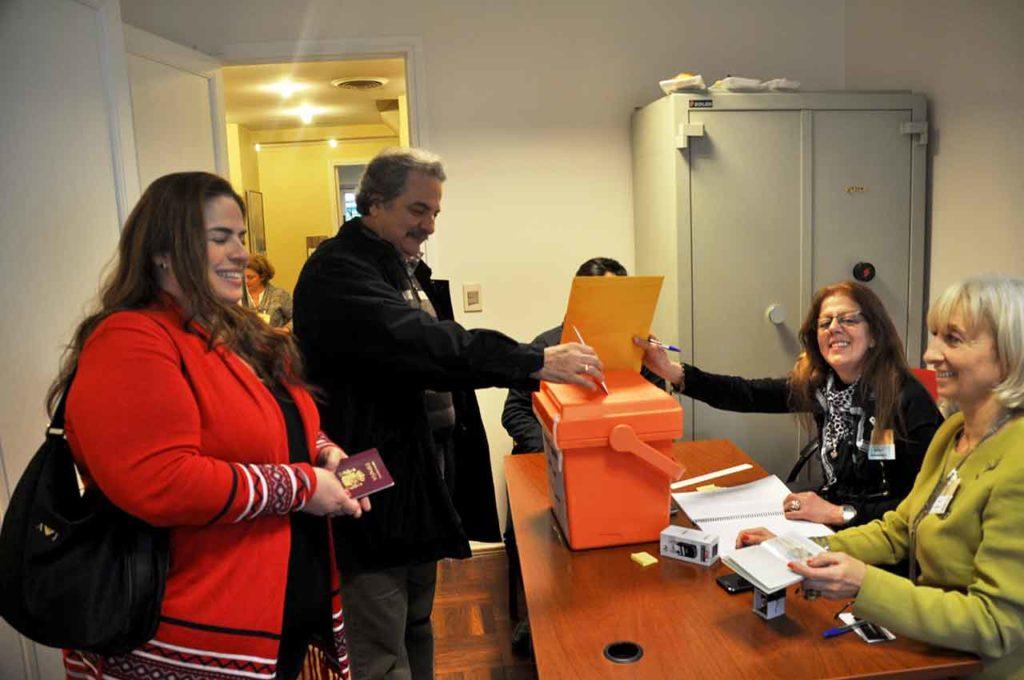 Votación para elegir al CRE en el Consulado de Montevideo en 2017.