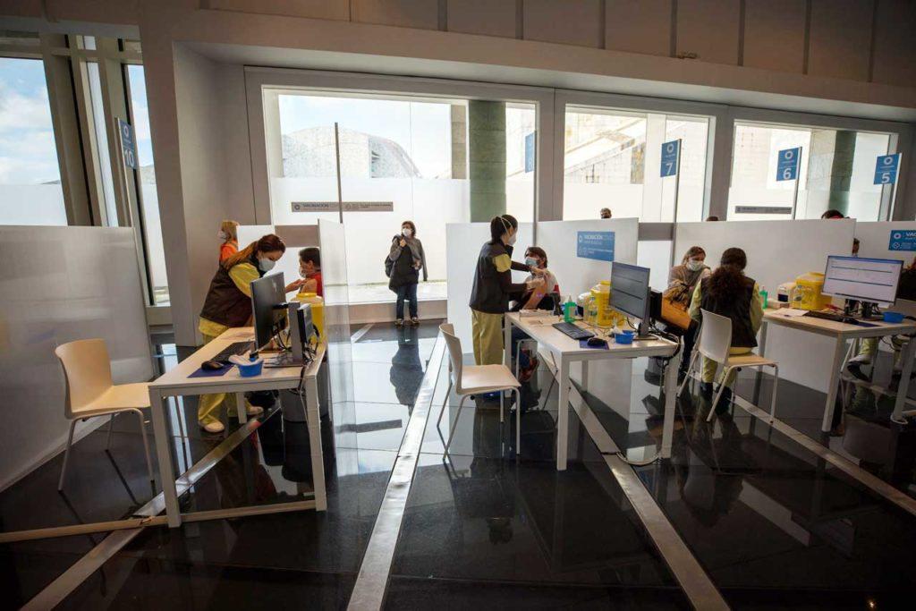 La Cidade da Cultura de Santiago acogió la vacunación de mil personas en unas pocas horas como prueba piloto.