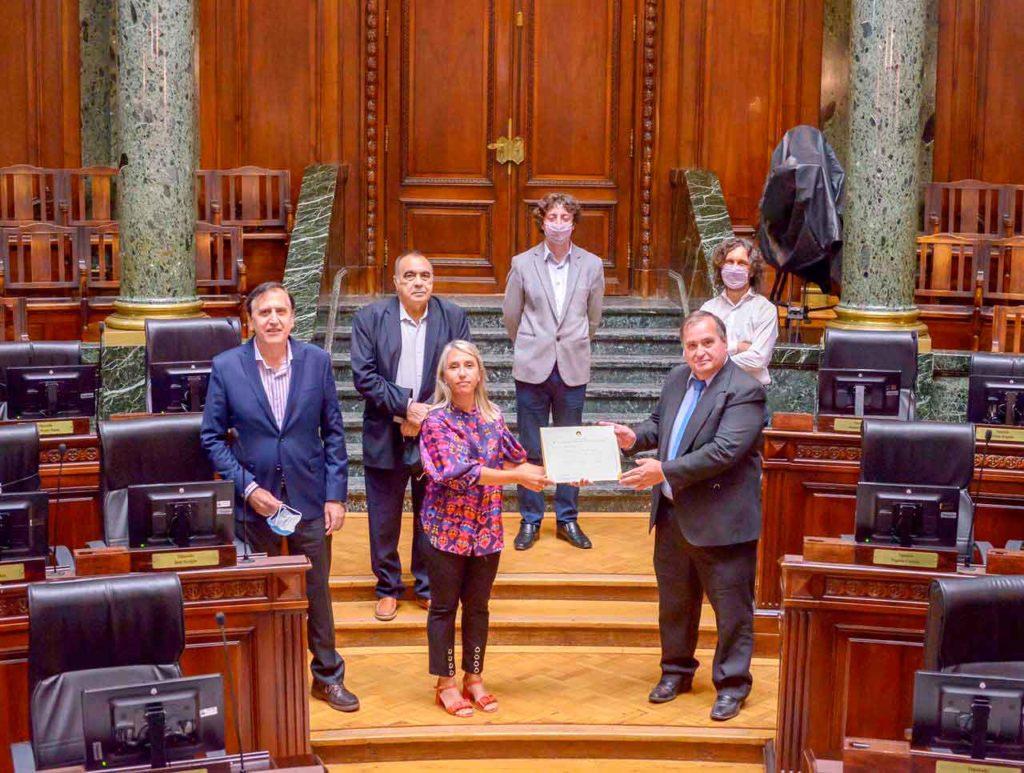 La diputada Cecilia Ferrero entregó el diploma a los directivos del Centro Lalín, Agolada y Silleda.